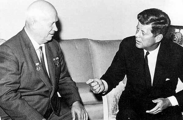 Encuentro del líder de la URSS. Nikita Kruschev. y el presidente de Estados Unidos, John F. Kennedy, durante las conversaciones de Viena.