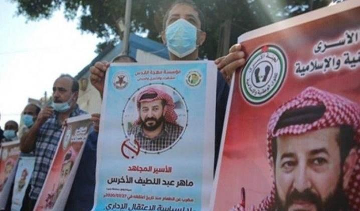 Tunecinos expresan apoyo y solidaridad con el prisionero palestino Maher Al-Akhras.