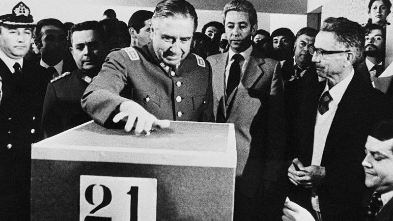 La Constitución vigente fue aprobada y redactada durante el gobierno militar de Augusto Pinochet.