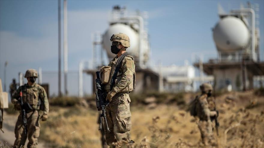 Soldados estadounidenses custodian un campo petrolero en Siria.