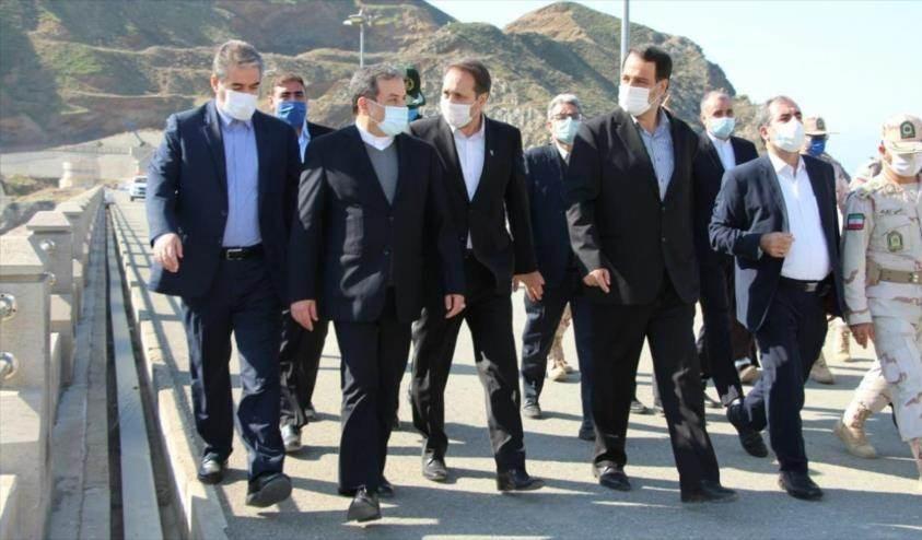 El vicecanciller iraní, Abás Araqchi (segundo a la izquierda) durante una visita al condado de Joda Afarin, en la provincia de Azerbaiyán Oriental.