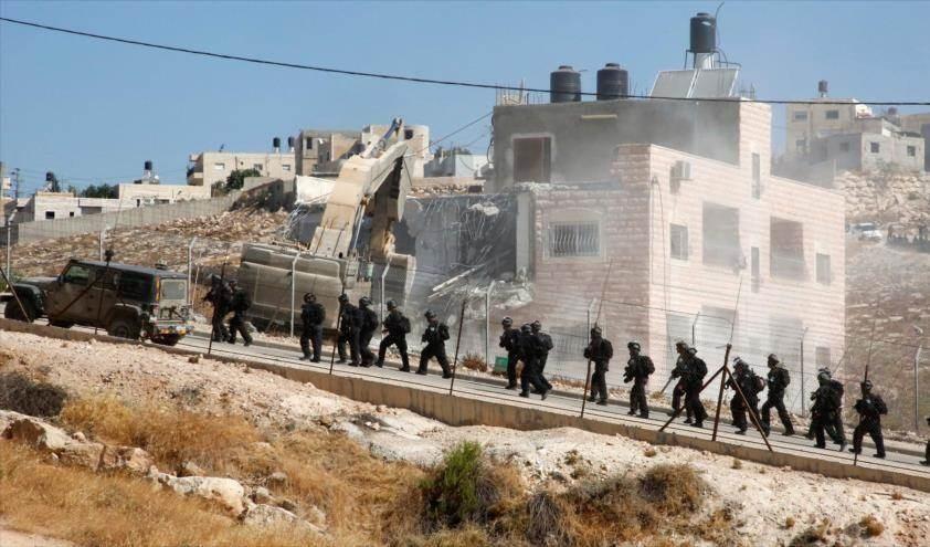 Fuerzas israelíes demuelen viviendas palestinas.