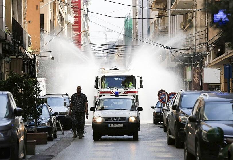Camión cisterna rociando desinfectante como precaución contra el coronavirus, en Beirut, Líbano.