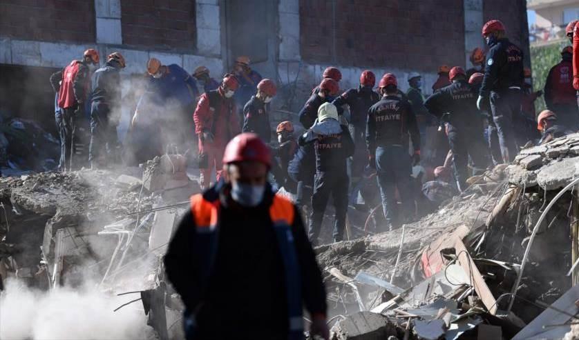 Ascienden a 83 la cifra de muertos en terremoto del oeste de Turquía.