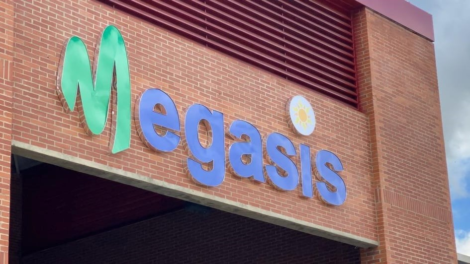 El supermercado se llama Megasis en honor a los iraníes caídos en el primer campo de batalla en la isla del mismo nombre, frontera con Iraq, donde se desarrolló una cruenta guerra entre las dos naciones desde 1980 hasta 1988.