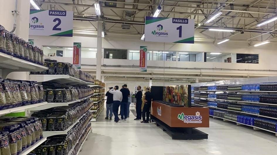 Los anaqueles exhiben gran cantidad de productos iraníes y venezolanos.