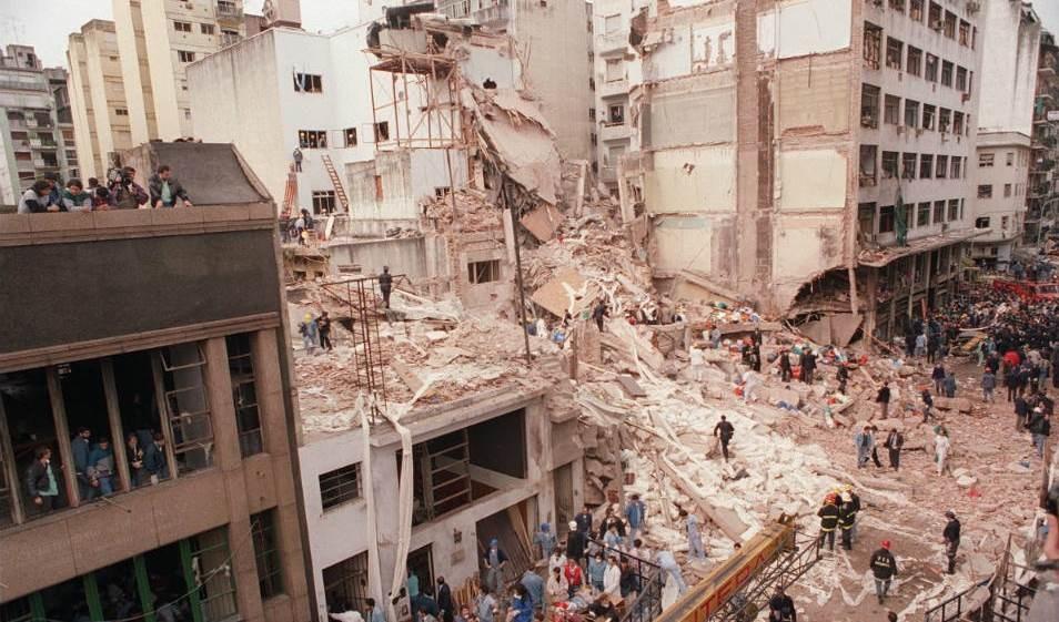 El atentado del 18 de julio de 1994 contra el centro comunitario judío de la Asociación Mutual Israelí Argentina (AMIA) en Buenos Aires, Argentina.