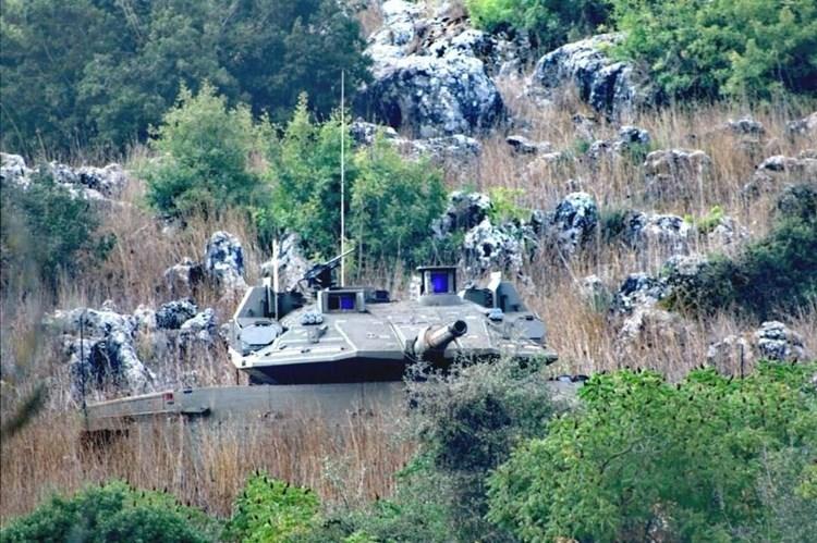 Tanques israelíes cruzan la valla técnica en el sur de El Líbano.