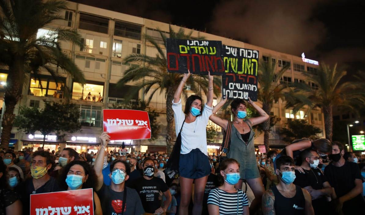 Manifestantes israelíes denuncian mal manejo del Covid-19 por el primer ministro Benjamín Netanyahu.