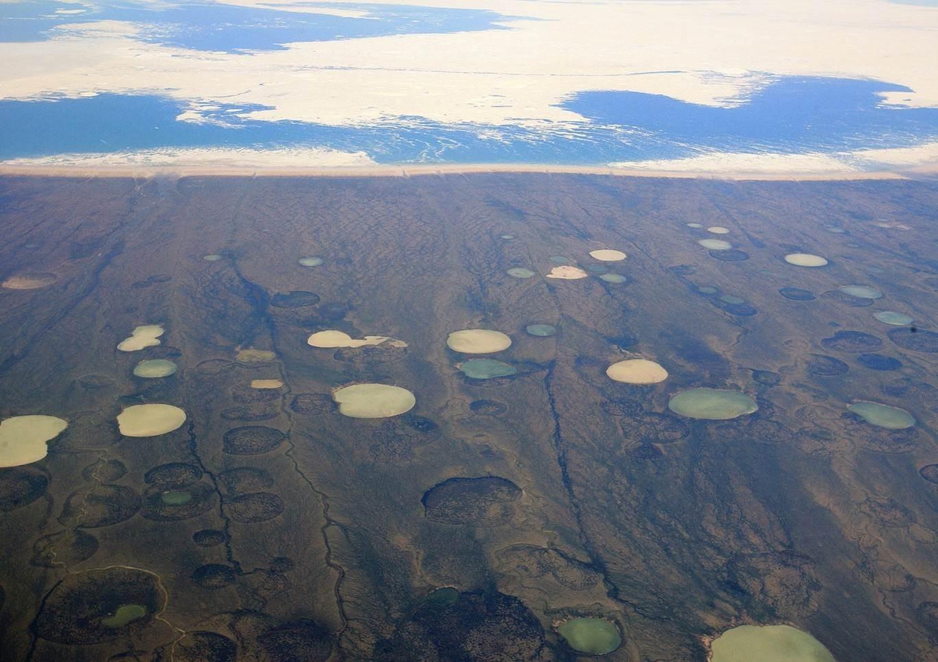 Diferentes agujeros en el permafrost de Siberia vistos desde un avión. (Foto: Xataka)