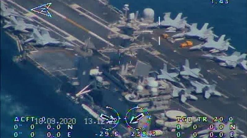 Foto captada por drones iraníes muestra los cazas desplegados sobre el portaviones estadounidense USS Nimitz, en el estrecho de Ormuz.