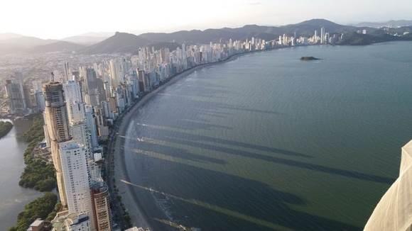 Los rascacielos a lo largo de Praia Central proyectan su sombra en la arena hasta seis horas antes del atardecer. Foto: BBC