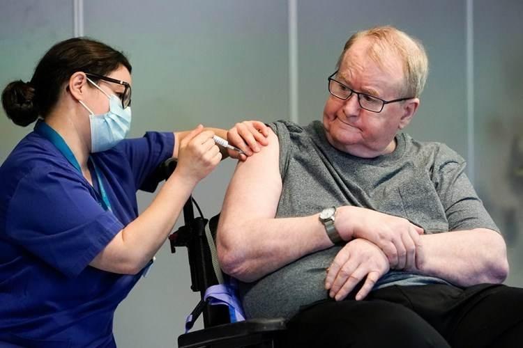 Hombre mayor recibe la vacuna en Noruega (Foto: AFP, Archivo)