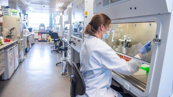 Tratamiento de AstraZeneca contra la covid demuestra eficacia en ensayo de fase avanzada
