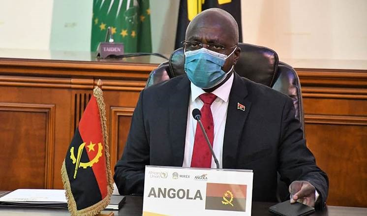 El canciller de Angola, Téte António.