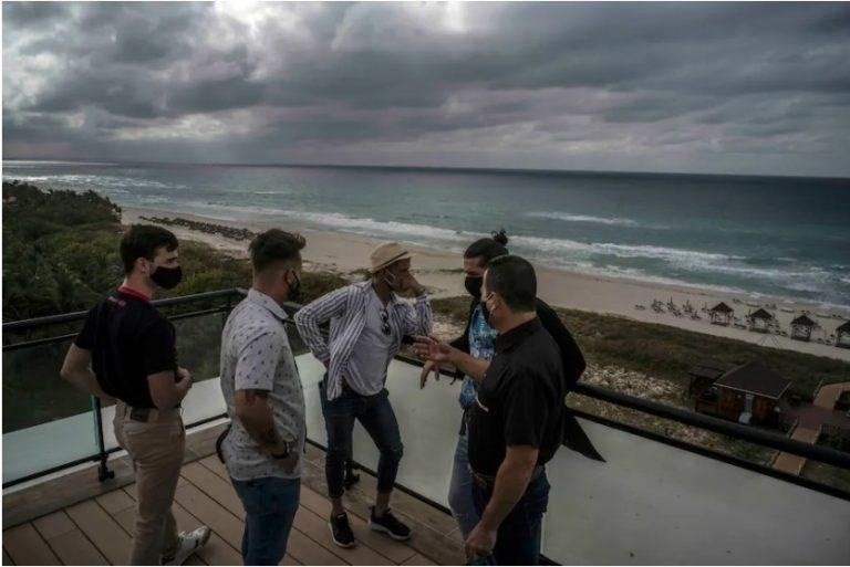 Los camareros charlan antes de su turno en el Hotel Meliá Internacional de Varadero. La ciudad turística de Cuba ha sufrido una caída en el turismo durante la pandemia de coronavirus. Foto: Ramón Espinosa / AP