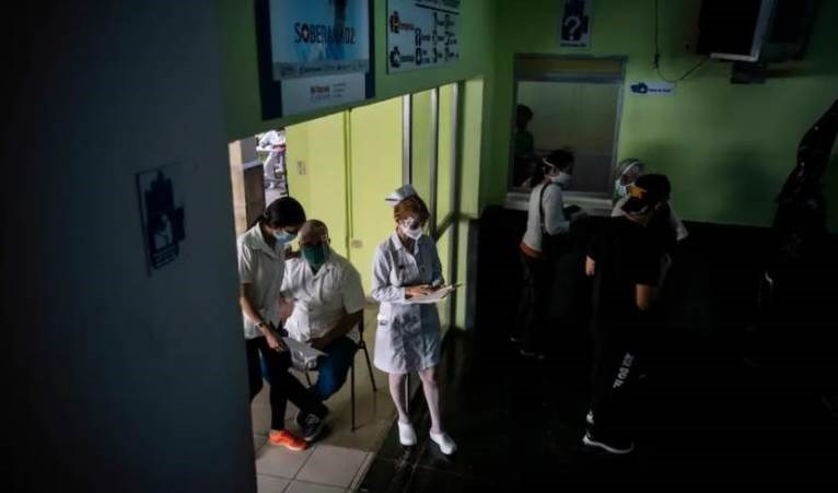 Trabajadores de la salud prueban a voluntarios durante los ensayos de Fase 3 para la vacuna candidata al coronavirus Soberana 2 de Cuba el miércoles en La Habana. Foto: Ramón Espinosa / AP