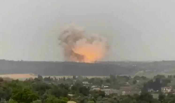 Gran explosión sacude fábrica de misiles israelíes cerca de Jerusalén.