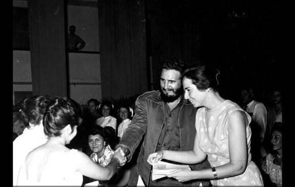 Fidel junto a a Vilma Espín durante la constitución de la Federación de Mujeres Cubanas (FMC), el 23 de agosto de 1960. Foto: Sitio Fidel Soldado de las Ideas.
