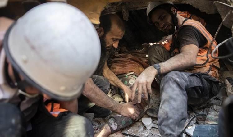 El Ministerio del Interior de Gaza hizo un llamamiento al mundo para que envíe equipos de rescate para sacar a las víctimas que yacen bajo los escombros.