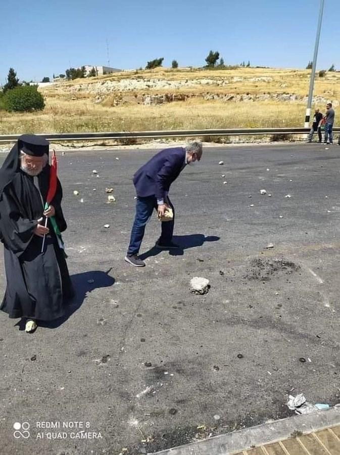 El padre Abdullah Yulio lanza piedras a la ocupación en el puesto de control de Al-Bireh, en la Palestina ocupada.