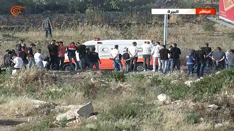 Jóvenes palestinos atacan un vehículo de las fuerzas de ocupación.