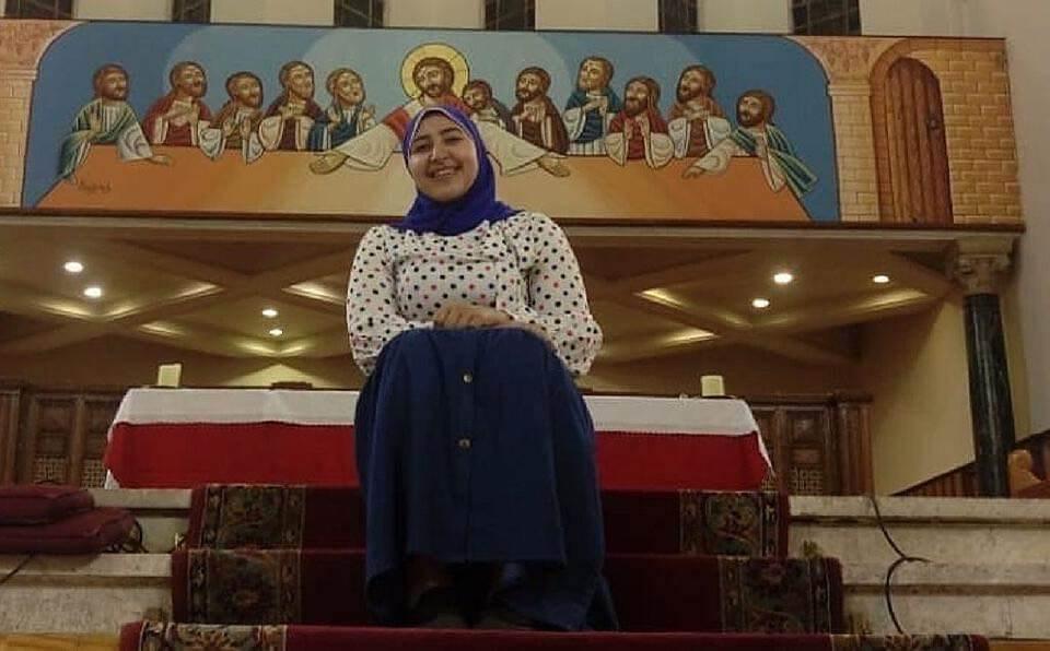 Dalia Younis, la primera musulmana velada que canta en una iglesia de Egipto