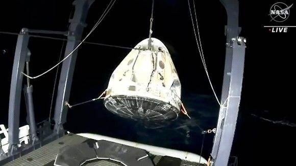 La Crew Dragon, con cuatro astronautas a bordo, es recuperada en aguas del golfo de México, el 2 de mayo de 2021. Foto: NASA TV / Reuters.