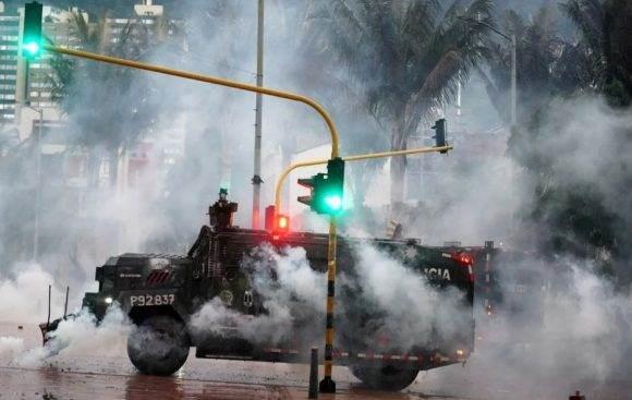 Un vehículo blindado de la policía durante una protesta en Bogotá, Colombia. Foto: Reuters.