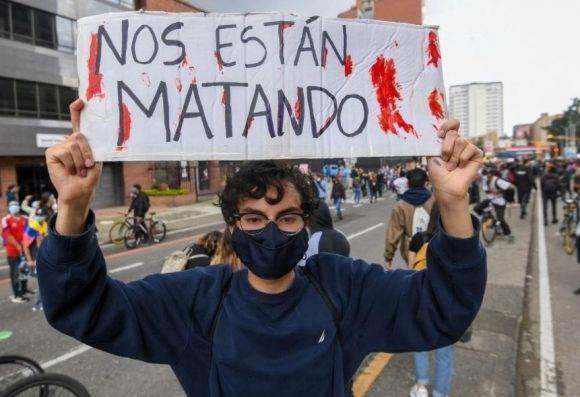 Un manifestante sostiene un cartel: