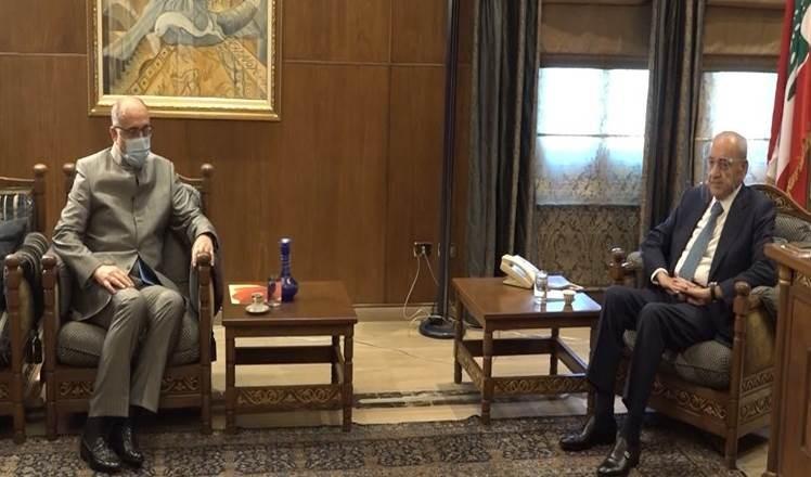 El presidente del Parlamento libanés, Nabih Berri, conversa con el presidente de la Junta Directiva de Al Mayadeen, Ghassan Ben Jeddou.
