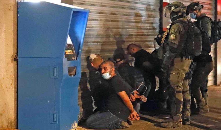 Tropas de ocupación arrestan a jóvenes palestinos.