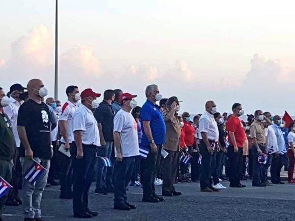 Con la presencia del General de Ejército Raúl Castro Ruz, y del primer secretario del Partido Comunista de Cuba y presidente de la República, Miguel Diaz-Canel, se inició poco después de las siete de la mañana un multitudinario acto. Foto: Cubadebate