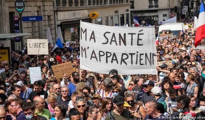 Franceses marchan contra restricciones por Covid-19 y la vacunación obligatoria.